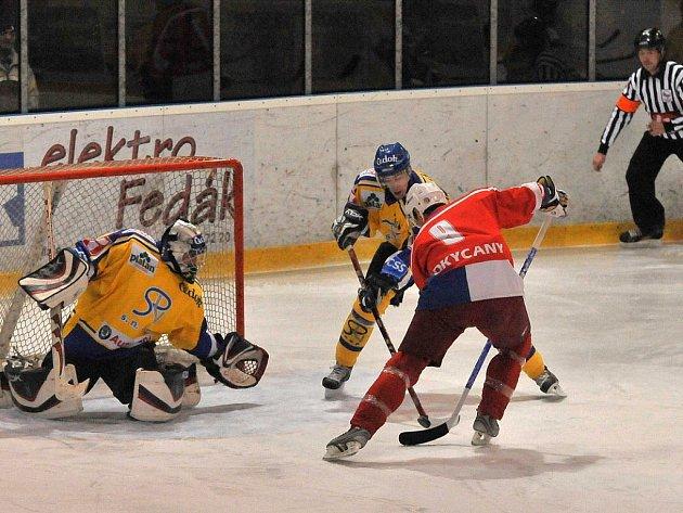 V sobotním utkání II. hokejové ligy dosáhli muži Průmstavu Develop Rokycany pouze na bod. Prodloužení s Pískem jim nevyšlo, inkasovali rozhodující gól v 62. minutě. Snímek je z minuty páté, v níž domácí Tomáš Hrubý (č. 9) neproměnil vyloženou příležitost.