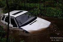 Vozidlo skončilo v potoce, padesát metrů od brodu.
