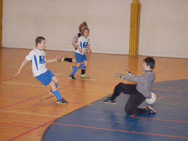 Sedm fotbalových týmů mladších žáků (na snímku dostává brankář Greizu gól od borce Viktorie Plzeň) obsadilo v neděli na šest hodin halu HK Rokycany.