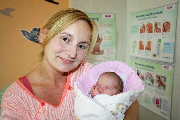 ELIŠKA ENGLOVÁ z Bezděkova přišla na svět 25. června brzy ráno, ve čtyři hodiny a jedenáct minut. Manželé Taťána a Martin znali pohlaví svého prvního dítěte dopředu. Malá Eliška se narodila s mírami 3060 gramů a 48 cm.