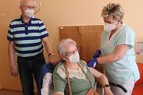 Očkování seniorů v rokycanské nemocnici.