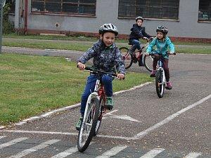 Žáci z Mirošova a Dýšiné se včera setkali na dětském dopravním hřišti.