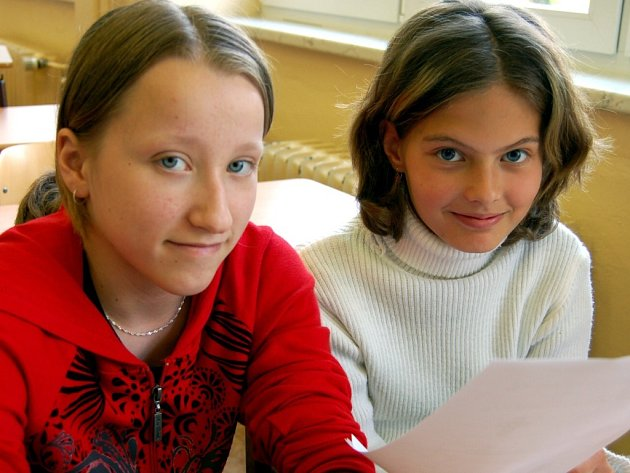 V rokycanské devítiletce v Čechově ulici absolvovali zkoušky do matematických a sportovních tříd žáci 5. ročníku. Lucie Šrailová s Terezou Zborníkovou (zleva) nikam cestovat nemusely, protože tuhle školu důvěrně znají.