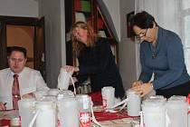 V SÍDLE rokycanské fary bylo včera zapečetěno šedesát pokladniček pro nadcházející Tříkrálovou sbírku. Dění sledoval a dokumenty potvrzoval místostarosta Tomáš Rada. Oblastní charitu zastupovaly ředitelka Alena Drlíková (uprostřed) a Marie Dušková.