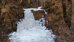 Z VODOPÁDU Dírka u Darové je nyní ledopád.