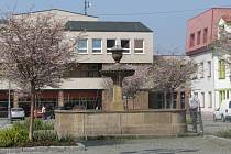 Kašna na Masarykově náměstí patří k oblíbeným památkám  Rokycan. Zanedlouho k ní přibude i stejně funkční sestra, zájemci ji najdou ve Smetanově ulici. Nejprve ale dílo zamíří k lékaři.