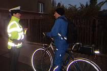 POLICISTÉ včera časně ráno rozdávali cyklistům a chodcům reflexní pásky, aby byli lépe viditelní.