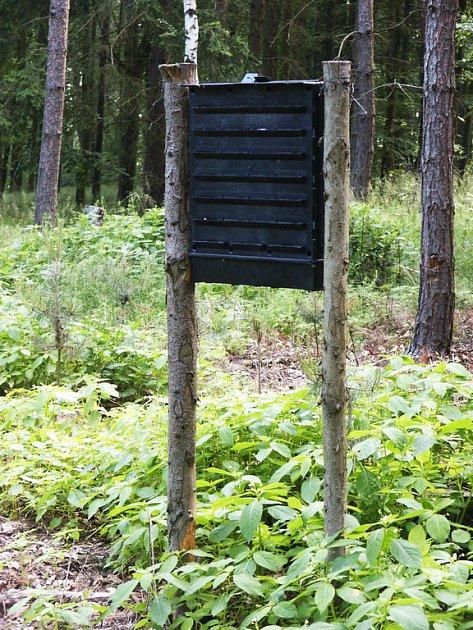 Ve stromových porostech na Polesí Skřež mají na kůrovce tyto deskové lapače deskový s feromonovou návnadou.
