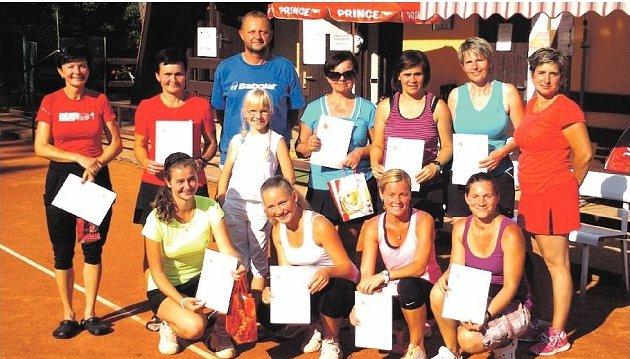 ÚČASTNICE tenisového turnaje s jeho ředitelem Vladimírem Jedličkou.