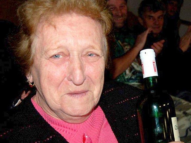 Zdeňka Charouzová sklízela v sobotu večer potlesk v rokycanské kuželně. Pro aktéry vánočního turnaje i letos napekla vynikající hluchec.
