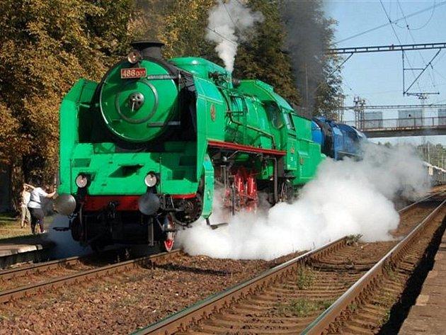 Zastávka legendárního Wintonova vlaku vyvolala v Kařízku obrovský zájem fanoušků železniční dopravy.