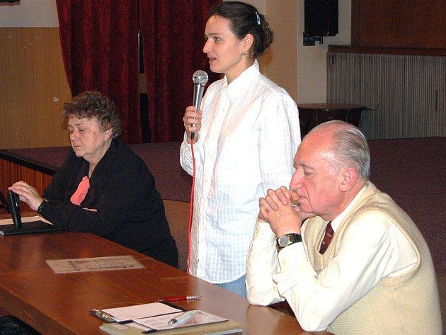 Úterní druhá hodina zahájila členskou schůzi územní organizace Svazu diabetiků ČR v Rokycanech. Pozvání od předsedy Františka Poncara (vpravo) a jednatelky organizace Boženy Čejkové (vlevo) přijala kožní lékařka Magda Kumpová (uprostřed).