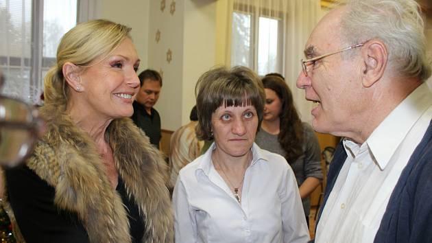 PATRONKA liblínského Domova sociálních služeb Helena Vondráčková si v nabitém programu udělala čas na návštěvu přátel v severní části okresu. Po vystoupení uživatelů, inspirovaném Maruškou a dvanácti měsíčky, si s ní povídal moderátor František Hájek.
