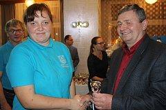 KAMILA VLASÁKOVÁ obsadila v kategorii B1 druhé místo, když porazila 488 kuželek. Pogratuloval jí starosta okresního města Václav Kočí.