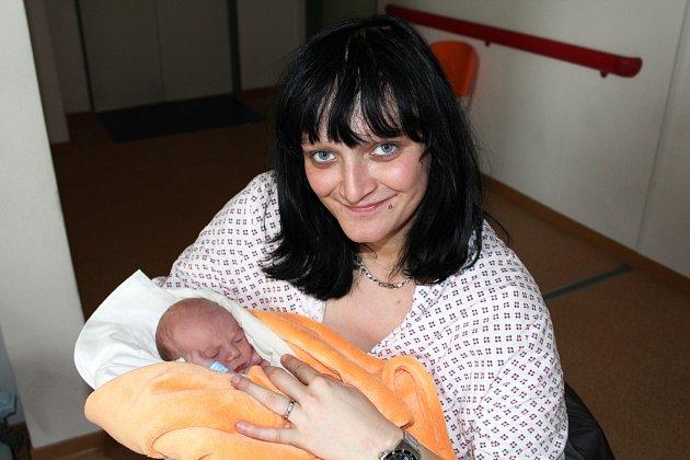 SAMUEL BOUDA z Plzně si pro svůj příchod na svět vybral datum 30. listopadu. Narodil se brzy ráno, pět minut po čtvrté hodině. Maminka Linda a tatínek Petr znali pohlaví miminka dopředu. Malý Sam se narodil s mírami 3160 gramů a 49 cm.
