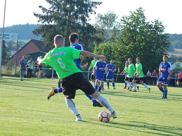 Fotbalisté TJ Volduchy (v modrých dresech) se dnes dopoledne pokusí v Husových sadech o obrat barážového dvojutkání s  rezervou  FC Rokycany. Výkop je v deset hodin.