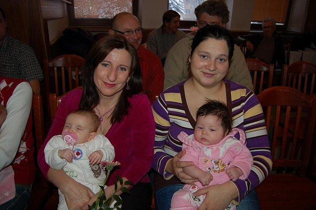 Kristýna Petrová a Natálie Rychlá se svými rodiči.