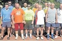 Účastníci patnáctého ročníku nohejbalového turnaje v Kařezu. Startovalo tu sedm družstev.