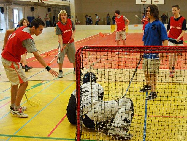 Předehrou závěrečných bojů florbalového turnaje  byla kvalifikace mezi Strašicemi a gymnazisty. Skončila jednoznačně 5:0.