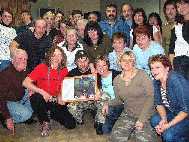 Přátelé rokycanského cestovatele Jaroslava Schwarze zaplnili v sobotu večer restauraci U Dědičů v Sedlci. Poutník (je ve spodní řadě s obrazem ze svého výletu na Velikonoční ostrovy) slavil 50. narozeniny.