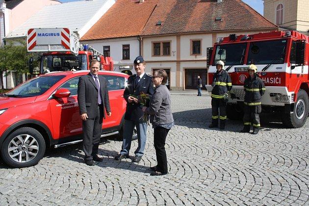 NOVÝ OSOBNÍ VŮZ pro terénní výjezdy předali včera hlavní představitelé Rokycan Vladimír Šmolík a Marie Hlávková řediteli územního pracoviště HZS Petru Špelinovi.