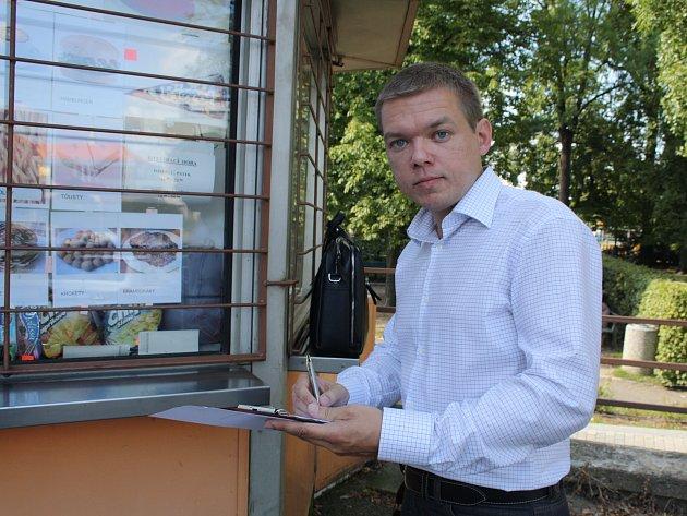 Hygienik Roman Buras kontroluje stánek v Rokycanech.