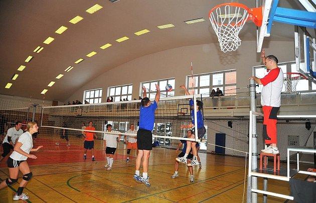 Komárov versus Motácy. Smíšená volejbalová družstva měla sraz v hale rokycanského gymnázia. Střední čechy zastupoval celek Komárova. Na síti byl úspěšný Honza Kocourek (v černém).