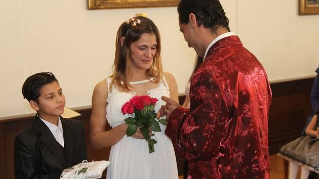 JOSEF DUDA z Rokycan a Jana Jarová (původem ze Slovenska) si pro sobotní obřad zvolili síň radnice.