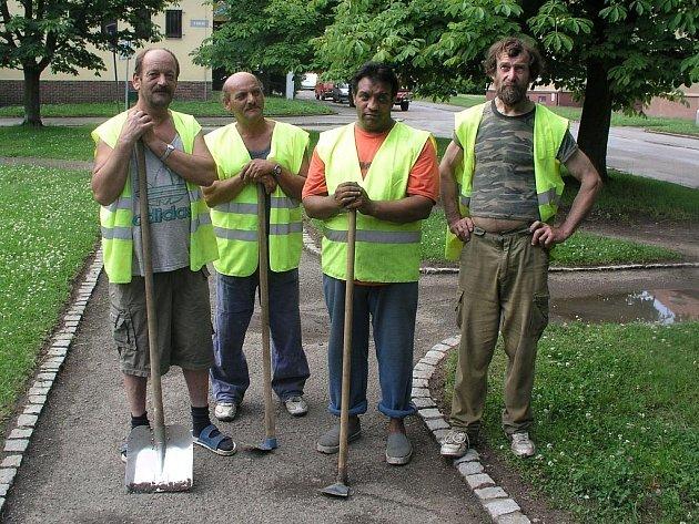 a snímku po odvedené práci pyšně zapózovali  Vlastimil Kopecký, Milan Giňa,  Vojtěch Dužda a Jan Kalivoda (zleva).
