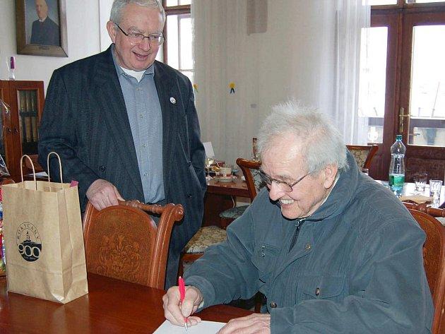 Exstarosta Rokycan Václav Beneda u příležitosti přijetí na radnici o svých osmdesátinám podepisoval za přítomnosti současného starosty Jana Balouna list do pamětní knihy.
