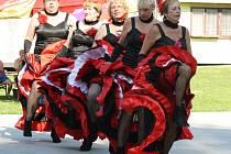HRÁDECKÉ PANENKY sklízely za své taneční kreace bouře potlesku na otevřené scéně při třicátém ročníku letních slavností v Kornaticích.