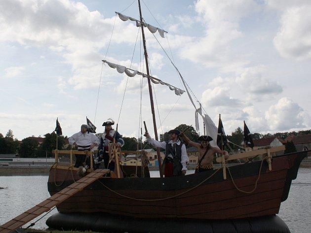 HOLOUBKOV obsadili v sobotu odpoledne piráti. Obecní slavnosti obsahovaly setkání u rybníka i pohybové aktivity. Jmenujme volejbalový turnaj nebo mistrovský fotbal.