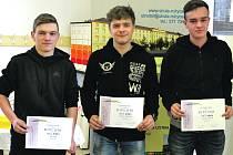 MIROSLAV KREJČÍŘ z rokycanské SŠ Jeřabinová (uprostřed) zvítězil ve svařování plamenem při Zlatém poháru Linde. Druhý byl Jiří Čebiš (Kralovice) a třetí Václav Housar (Sušice).