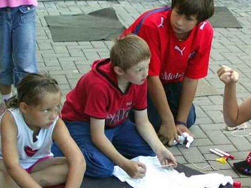 TÁBORNÍCI BATIKOVALI. Další běh příměstského letního tábora  odstartoval včera v Domě dětí a mládeže v Rokycanech. Děti se pustily do batiky. Na fotogradii jsou Kačka Adamcová, Petr Kovář a Jakub Fous (zleva).