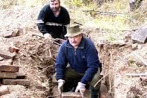 Myslivci z Honebního společenstva Litohlavy – Klabava (zpředu Jan Blahout a  Miloš Kalčík) budovali liščí nory. Využili k tomu peníze z dotací.