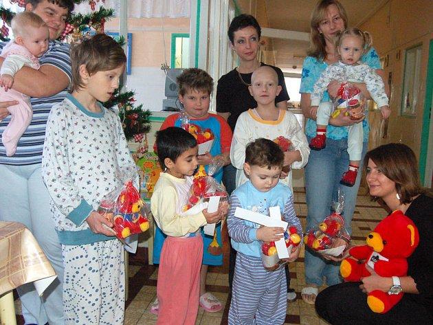 Žaneta Straková za společnost Hamé (vpravo dole) dorazila se zástupcem Rokycanského deníku za kluky a děvčátky na dětské oddělení nemocnice.