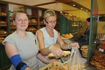 ŠTĚPÁNKA Rothová (vlevo) a Martina Nováková se v teplých letních dnech v pekárně zapotí. V prodejně i výrobně jsou instalované velké větráky, které alespoň trochu ulehčují v horku práci.