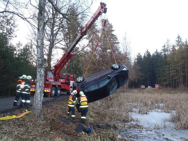 MOTORISTKA skončila se svým vozem v rybníku nedaleko Litohlav. Naštěstí z automobilu včas unikla. Hasiči museli povolat jeřáb z Plzně, aby automobil vyprostili.