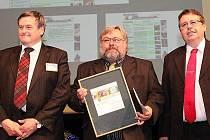 V Hradci Králové přebíral starosta obce Karel Ferschmann (uprostřed) už počtvrté Cenu veřejnosti v soutěži Zlatý erb.