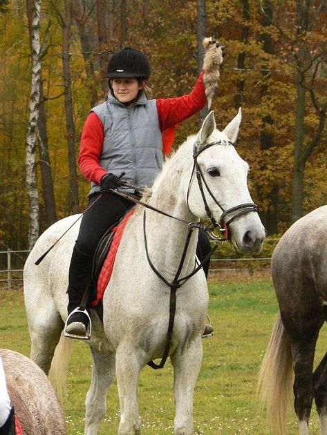 Na louce pod Kotlem se konal šestý ročník Hubertské jízdy.Vyhrála dívka ze stáje ve Starém Plzenci.