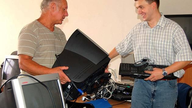 Učitelé ze ZŠ ulice Míru v Rokycanech stěhují. Petr Boula (vpravo) domlouvá s ředitelem Josefem Baumem jak dát rychle dohromady počítačovou učebnu.