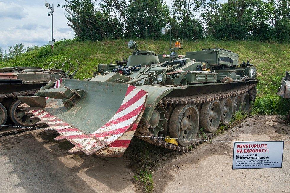 V blízkosti tanku T-34 se nachází ženijní stroj ŽS-55, který dokáže vyprostit poškozený tank.