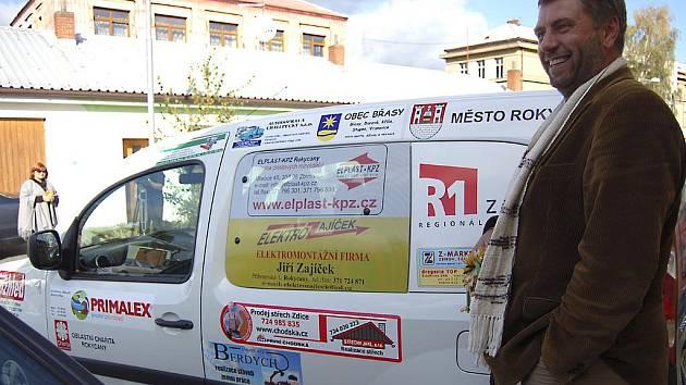 Starosta Břas Jan Špilar pyšně zapózoval u nového Renaultu Kangoo, který je určen pro klienty rokycanské Pohodičky. Také zmíněná obec se podílela na nákupu auta.