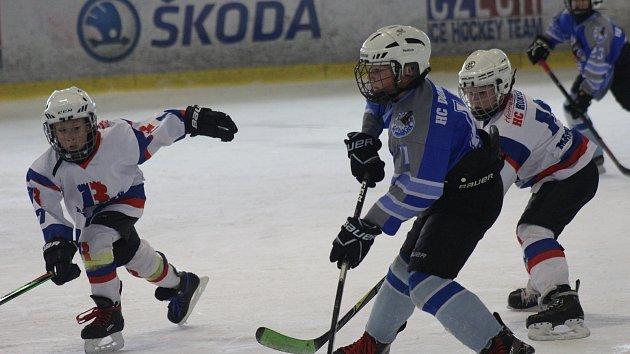 Hokejisté 4. třídy HC Rokycany (v bílém) se při domácím turnaji utkali s vrstevníky Domažlic.