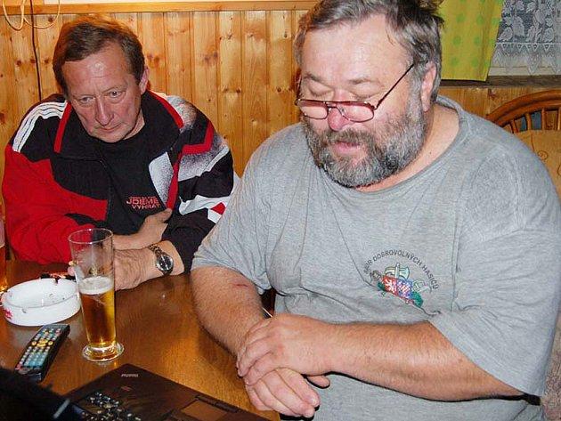 Obyvatelé Němčovic hlasovali v referendu o nedělním klidu. Starosta Karel Ferschmann (vpravo) se dozvěděl výsledky bezprostředně po sečtení a okamžitě je zveřejnil na internetových stránkách obce.
