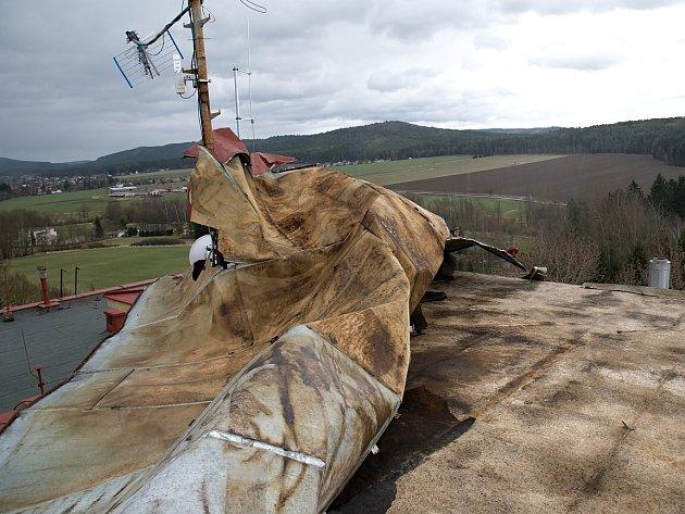 STŘECHA léčebného zařízení nevydržela nápor větru.