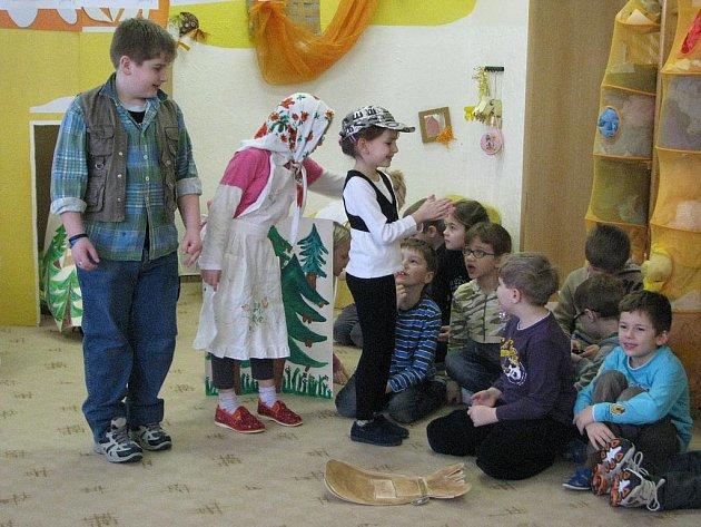 Rokycanská devítiletka TGM vychovává i mladé herce. Děti ze 2. B uspořádaly v tomto školním roce už druhé vystoupení, tentokrát pro MŠ U Saské brány.