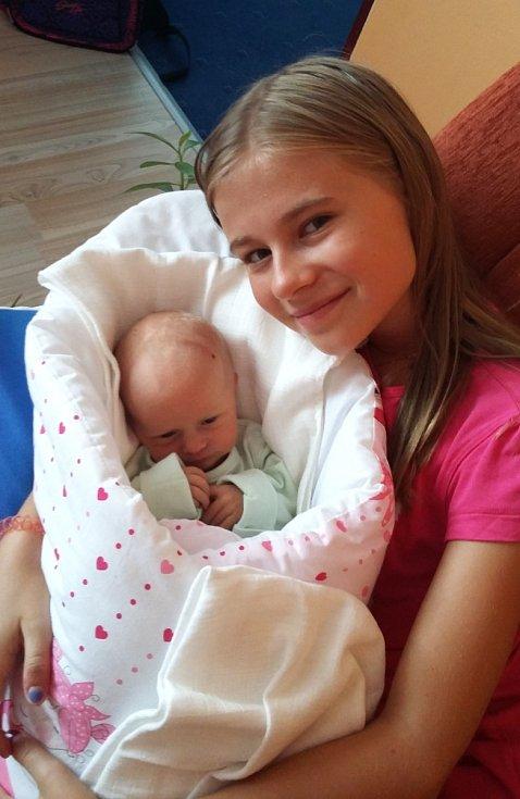 SOFIE AUBRECHTOVÁ z Holoubkova se narodila 16. srpna ve Fakultní nemocnici v Plzni. Přišla na svět ráno, v 8:54 hodin. Sestřičky na sále jí naměřily 46 cm a navážily 2550 g. Maminka Pavlína, tatínek Tomáš i dcera Gabriela (11) znali pohlaví dopředu.