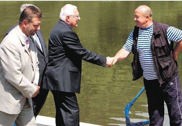 PŘEVOZNÍK JOSEF ŠIŠIAK se takhle v červnu 2011 zdravil s prezidentem Václavem Klausem, jehož doprovázel starosta Břas Jan Špilar. Technické zařízení nyní obec koupila zpět.