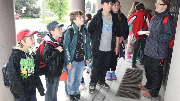PÁŤÁCI Matěj Novák, Tomáš Dienstbier, Arian Adam Ott, Patrik Tomáš a Adriana Černá dostávali úkol od učitelky Dagmar Vávrové.